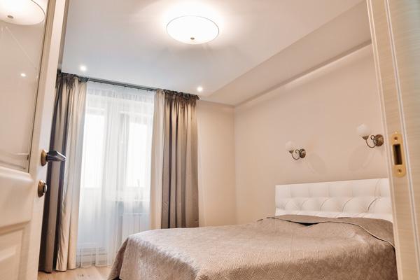 В спальне ничего лишнего: просторная кровать и шкаф-купе