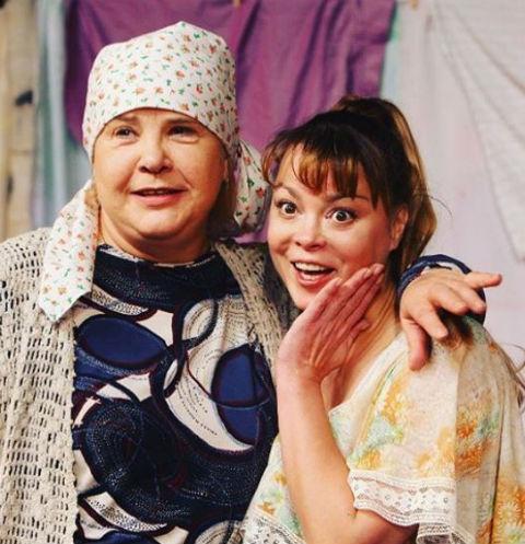 Наталья Громушкина и Татьяна Догилева в спектакле «Любовь и голуби»