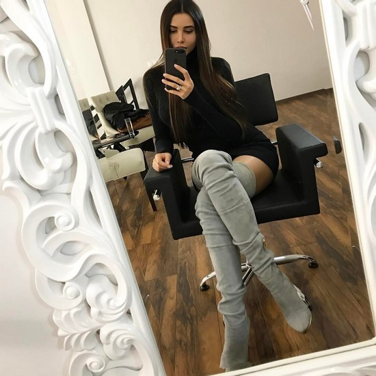Анастасия Решетова удачно сочетает светлые сапоги с вязаными платьями