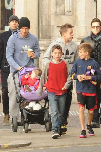 Многодетный папа провел целый день с детьми