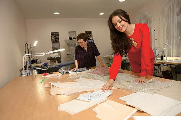 Оксана делает наброски  моделей, а затем их отрисовывает  профессиональный художник