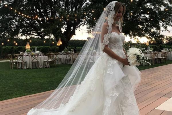 Невеста отдала предпочтение длинной фате