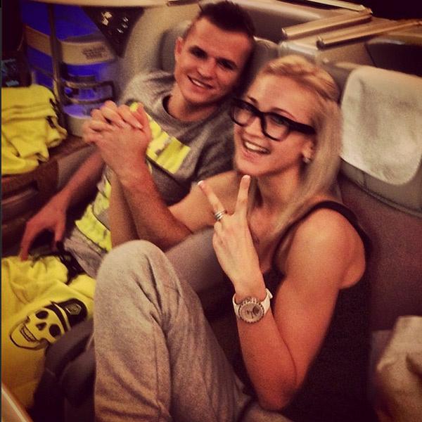 Счастливые супруги в самолете
