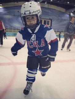 Даниил уверенно держится на коньках, хотя ему еще нет четырех