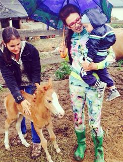 Эвелина Бледанс с сыном Семеном продолжают курс ипотерапии