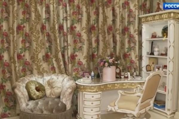 В квартире роскошно оформлена гостиная