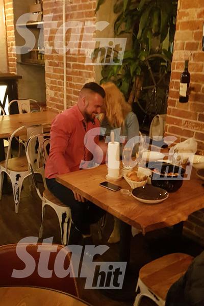 Пара нежилась в ресторане