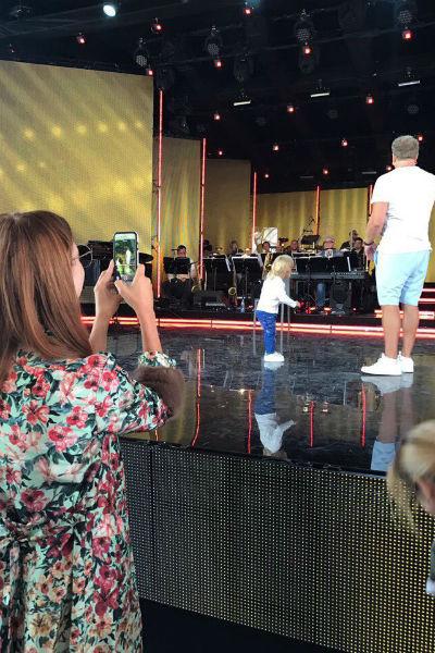 Наталья снимала на мобильный телефон репетицию мужа и сына
