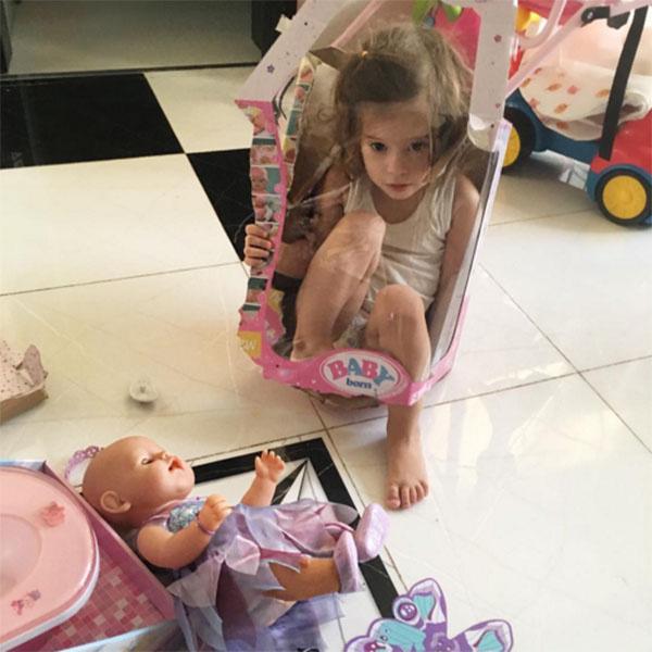 Огромная кукла – один из первых подарков на день рождения Арис
