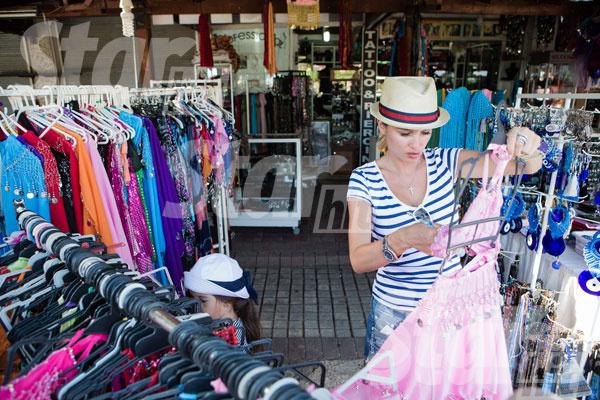 Во время прогулки по старой Анталье Маруся увидела красивые детские костюмы для восточных танцев. Мама желание дочки тут же исполнила и купила обновку за приятную цену в шесть евро