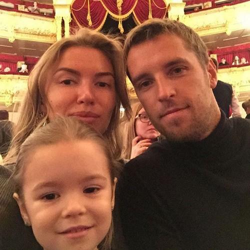 Татьяна Комбарова с мужем и ребенком