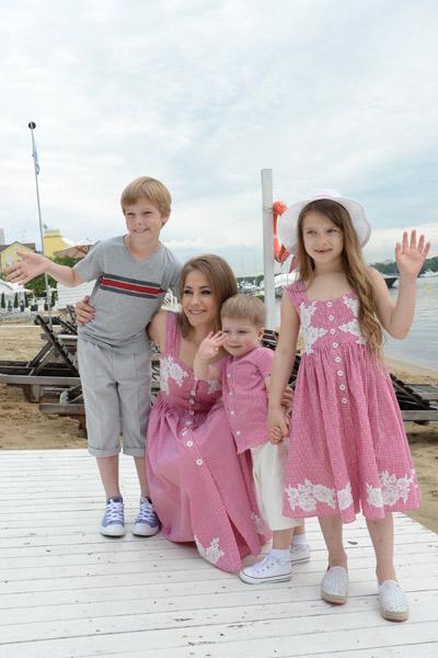 После расставания с футболистом Юлия одна воспитывает троих детей