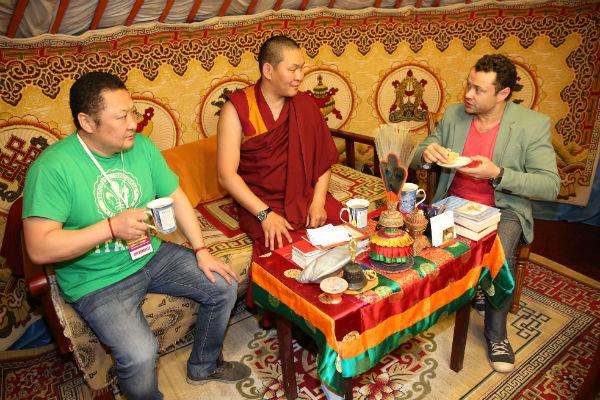 В гостях у настоятеля Дацана Андрей Носков попробовал читинское блюдо – позы, приготовленные из пресного теста и мяса