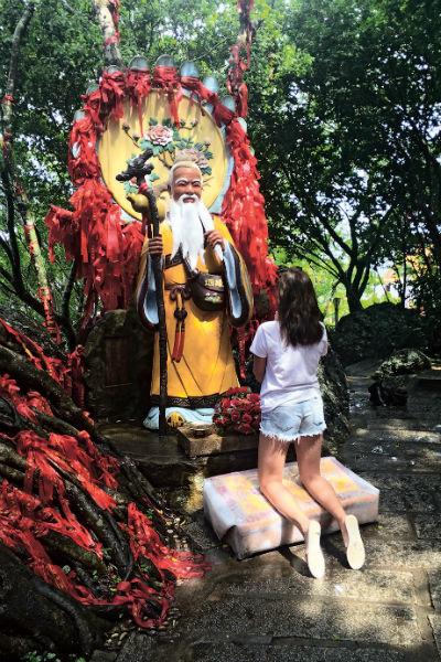 В парке «Олень повернул голову» стоят божества, у которых можно попросить любви и семейного благополучия