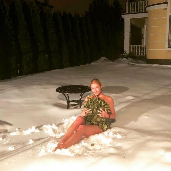 Анастасия Волочкова закаляется зимой