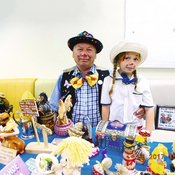 В импровизированных детских праздниках всегда принимает участие дочь Якубы – Лиза