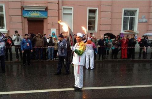 Бари Алибасов несет факел по Кронштадту