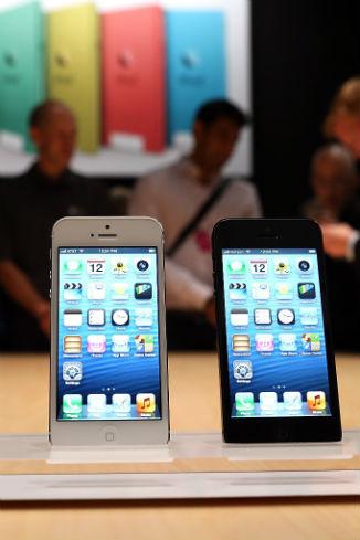 Компания предлагает версии смартфона в черном и белом цвете