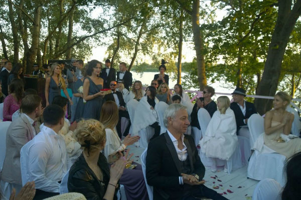 Первыми к алтарю прошли подружки невесты, за ними проследовали друзья жениха