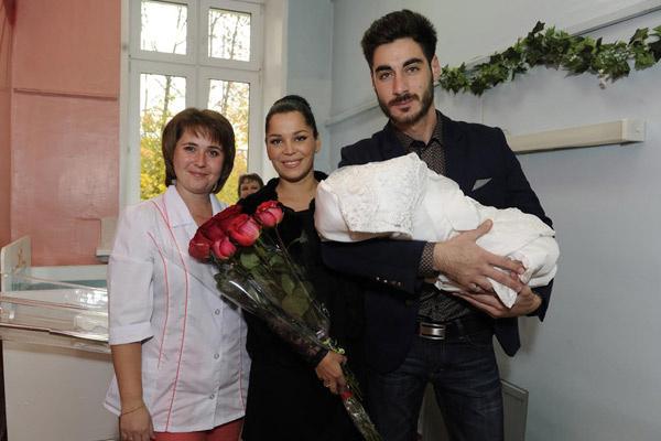 Семья Салибековых с новорожденным сыном