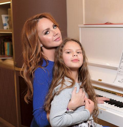 «В гостиной новое фортепиано. Дочкам даже крышку открывать без педагога запрещено», – говорит МакSим