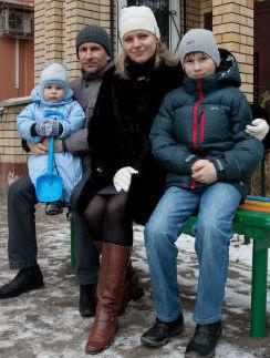 Наталья и Андрей Щербинины чудом выбрались из огня. На фото – с сыновьями Димой и Максимом, который родился через год и два месяца после пожара