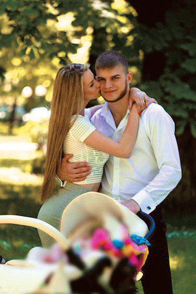 Старший сын Пореченкова ради учебы переехал из родного Таллина в Москву, в Эстонии остались его жена и дочь, с которыми он часто видится
