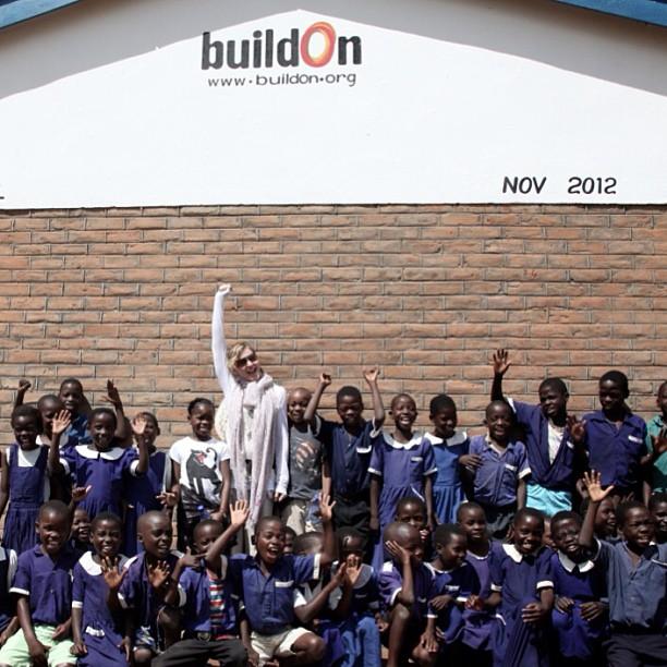 Мадонна с детьми у построенной школы