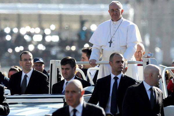 Франциск едет в открытом папамобиле, чего не было с момента покушения на Иоанна Павла II