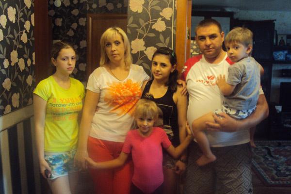 Большая семья Беляевых – на фото слева направо: Аня, Юля, Ира, младшая дочь Катя, муж Максим и сын Саша