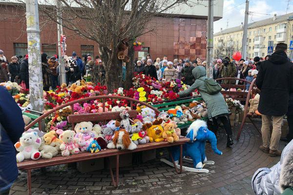 После пожара к ТЦ несли игрушки, так как среди погибших были дети