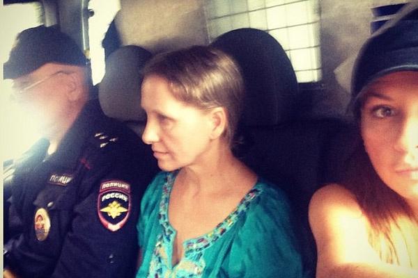 По дороге в полицию вместе с домработницей Жанной.
