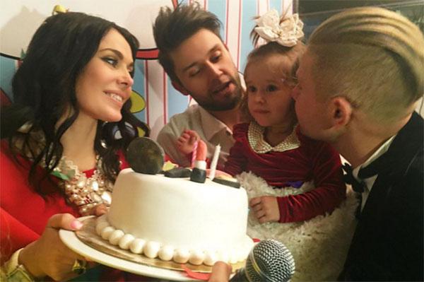 Таня Терешина, Слава Никитин, их дочка Арис и крестный малышки Митя Фомин в день рождения девочки