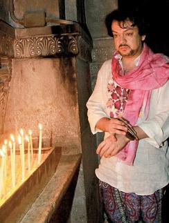 Филипп  Киркоров не  раз приезжал  в храм Гроба  Господня:  молился за  здоровье  близких,  поставил свечку  за упокой мамы.  Весна, 2011 г.