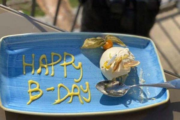 Продюсер решил отметить день рождения в романтической обстановке