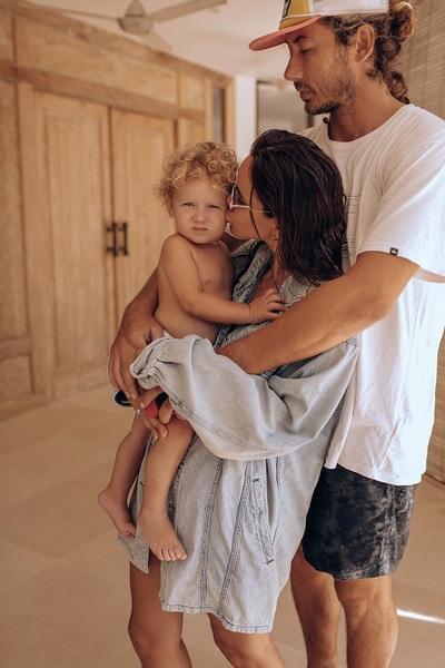Айза призналась, что ей тяжело дается разлука с мужем и детьми