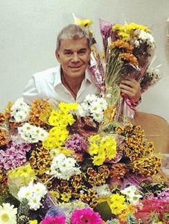 Олег Газманов с частью цветов после концерта