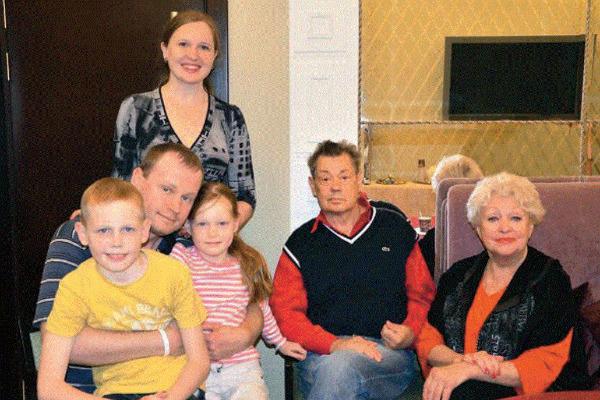 Николай Караченцов и Людмила Поргина с сыном Андреем, его женой Ириной и внуками Петей и Яной