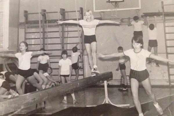 Будущая звезда (справа)  была очень спортивной  девочкой. На бревне ее  подруга – Наталья. Фото  1986 года