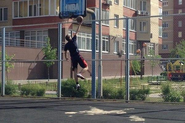 Молодой человек также активно занимается спортом