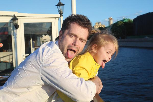 Актер отмечает, что его дочь развита не по годам