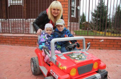Сергей катает сестренку на джипе