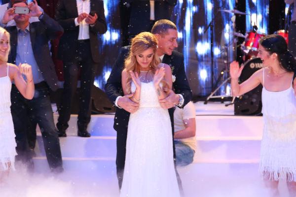 Для танца невеста переоделась в новый наряд