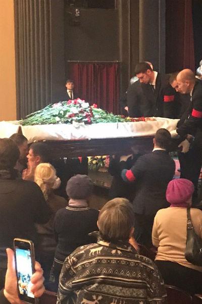 Гроб с телом артиста проносят через партер и выносят из стен театра к машине