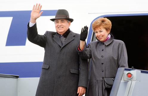 Раиса Максимовна была единственной любимой женщиной в жизни Михаила Сергеевича. На фото – супруги спускаются с трапа самолета в Лондоне, 1989 год