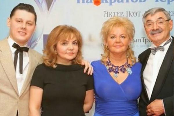 Актер с сыном и женой