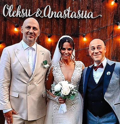 Для праздника невеста выбрала платье с откровенным декольте