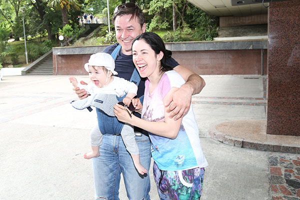 Любовь Тихомирова и Ласло Долински на «Кинотавр» приехали с маленькой дочкой