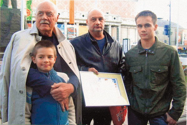 Станислав Сергеевич принимает активное участие в воспитании сыновей Сергея (на фото он в центре) – Василия и Станислава