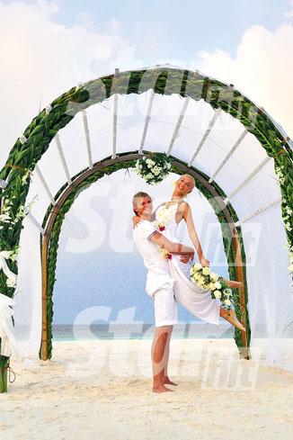 Под аркой из пальмовых листьев Тарасовы дали клятву в вечной любви. А ведущий церемонии надел им еще раз обручальные кольца.